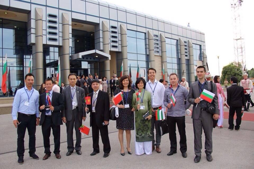 Các thành viên và trợ lý của VBTTravelPlus trong buổi đón Thủ tướng Nguyễn Tấn Dũng tại sân bay quốc tế Sofia