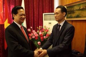 Президентът на Асоциацията на виетнамците в България и управител на ВБТ Травел Плюс Хоанг Тханх Ле с премиера на Виетнам Нгуен Тан Зунг