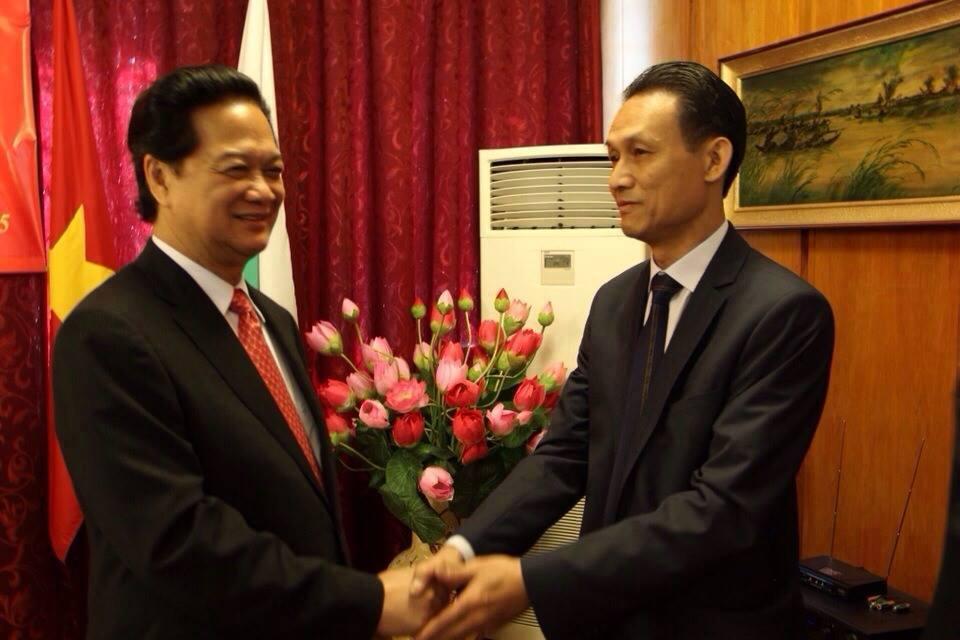 Chủ tịch Hội người Việt Nam tại Bungari, CEO của VBT Travel Plus Lê Thanh Hoàng với Thủ tướng Nguyễn Tấn Dũng