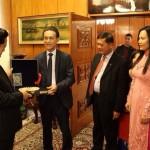 Г-н Хоанг Ле, управител на ВБТ Травел Плюс, връчва специален подарък за премиера